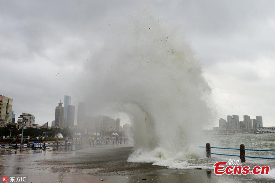 Huge waves, caused by Typhoon Yagi, pound the beach in Qingdao City, East China's Shandong Province, Aug. 14, 2018. (Photo/IC)