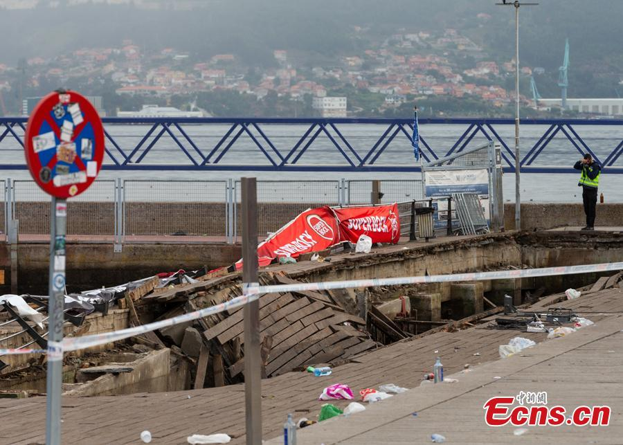 A police investigator inspects the seafront platform in Vigo on August 13, 2018 after a section of a wooden promenade suddenly collapsed with people watching a rap artist just before midnight on Sunday. More than 300 people were injured, including nine seriously, the regional government of Galicia said in a statement. (Photo/Agencies)