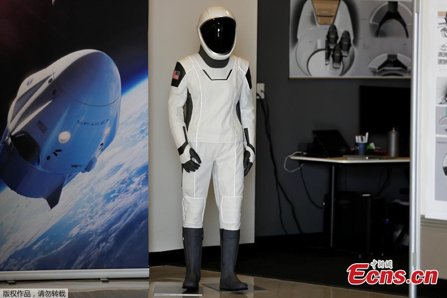 SpaceX shows its new spacesuit that will be worn by NASA astronauts during their first spaceflights in the Crew Dragon spacecraft during a visit to SpaceX headquarters in Hawthorne, California, U.S. August 13, 2018.  (Photo/Agencies)