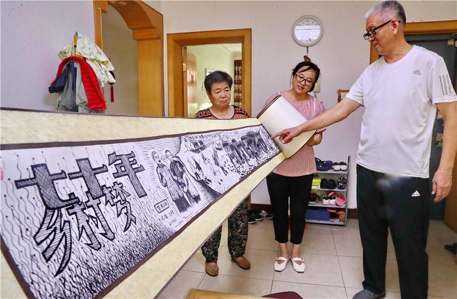 Wang Jingtang showcases his painting at his home in Qinhuangdao, North China\'s Hebei Province, on Aug. 10, 2018. (Photo/Asianewsphoto)