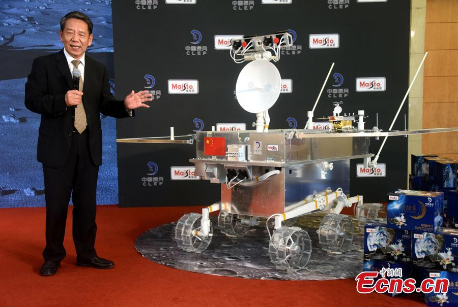 Wu Weiren, chief engineer of China\'s lunar exploration program, talks about the Chang\'e-4 rover at an event in Beijing, Aug. 15, 2018. China kicked off a global contest to find a name for the Chang\'e-4 rover. (Photo: China News Service/Sun Zifa)
