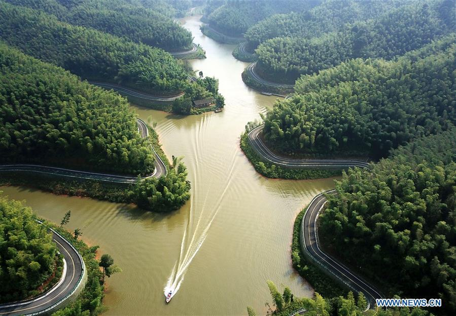 Aerial photo taken on Aug. 13, 2018 shows visitors taking a speedboat on the Zhuhai (bamboo sea) lake of Zhuhai state forest park in Chishui City, southwest China\'s Guizhou Province. (Xinhua/Wang Changyu)