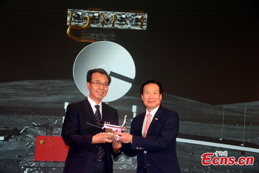 Liu Jizhong (L), chief of the lunar exploration center at the State Administration of Science, Technology and Industry for National Defense, receives a model of the Chang'e-4 rover at an event in Beijing, Aug. 15, 2018. China kicked off a global contest to find a name for the Chang\'e-4 rover. (Photo: China News Service/Sun Zifa)