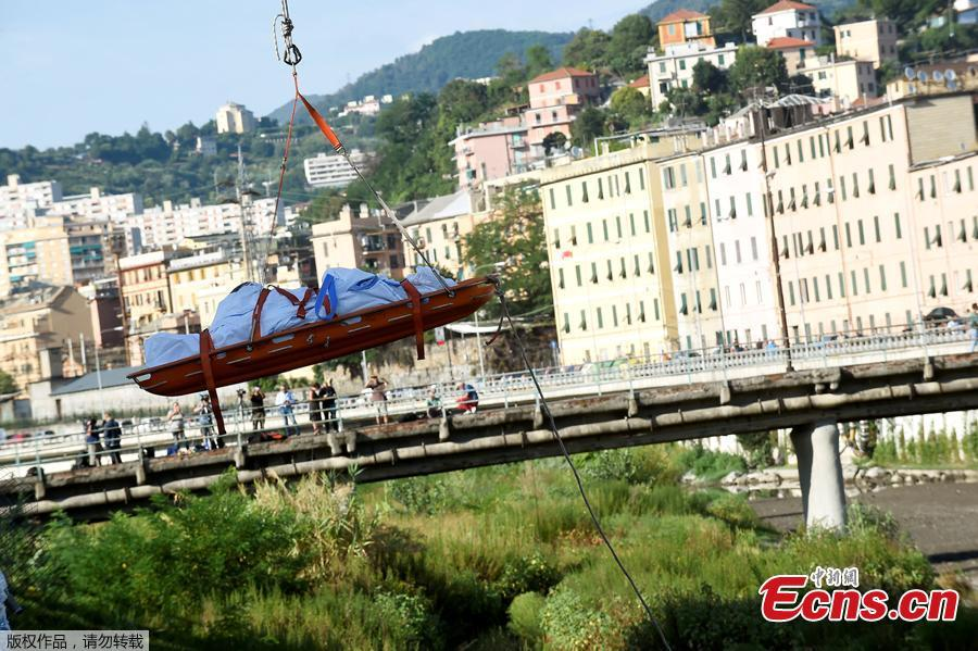 Rescue workers recover a body at the site of the collapsed Morandi Bridge in the port city of Genoa, Italy August 14, 2018.  The bridge connects the highway A10 to the western part of the city, near a populous neighborhood called Sampierdarena. At least 26 people were killed in the accident.  (Photo/Agencies)