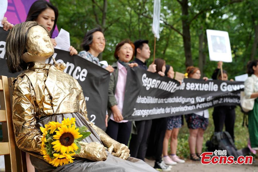 South Koreans and Japanese hold a rally to mark the International Memorial Day of Comfort Women in front of the Japanese embassy in Berlin, Germany, Aug. 14, 2018. Protestors demanded the Japanese government apologize to victims and provide compensation for Japan's system of wartime brothels. (Photo: China News Service/Peng Dawei)