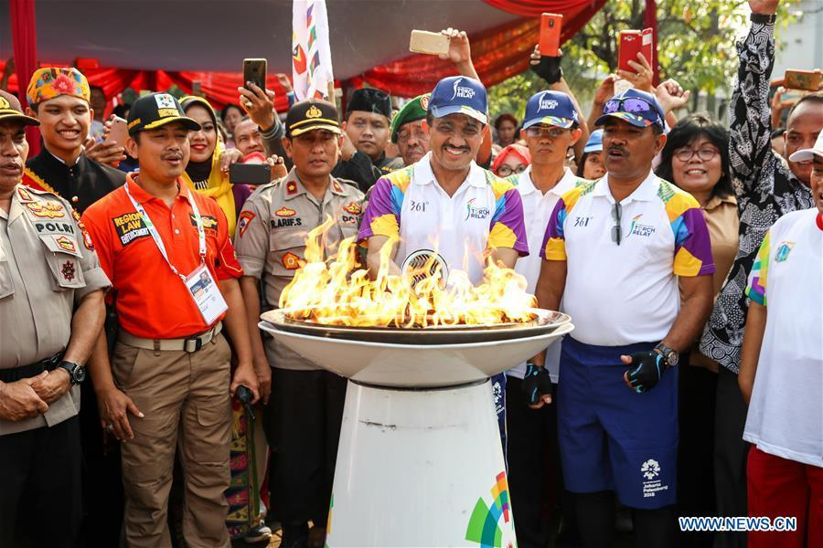 Mayor of East Jakarta M. Anwar (C) participates in the Torch Relay in Jakarta, Indonesia, Aug. 15, 2018. The 2018 Asian Games will kick off here on Aug. 18. (Xinhua/Zhu Wei)