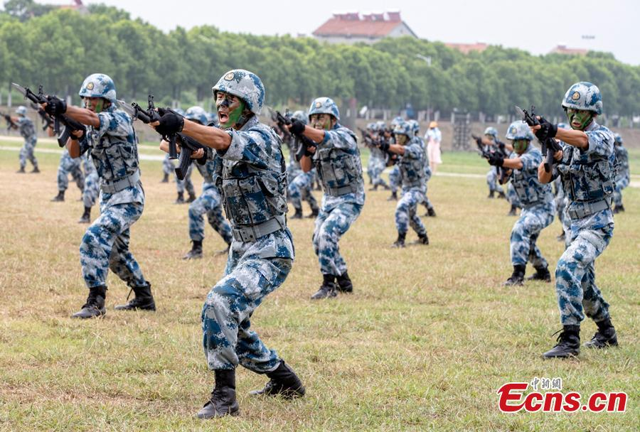 Soldiers perform during a military open day in Wuhan City, Central China's Hubei Province, Aug. 15, 2018. The event, supervised by the National Defense Education Office, attracted representatives of various military units as well as some 3,000 visitors. Since 2012, Wuhan has organized events allowing hundreds of thousands of people to visit barracks as part of national defense education. (Photo: China News Service/Zhang Chang)