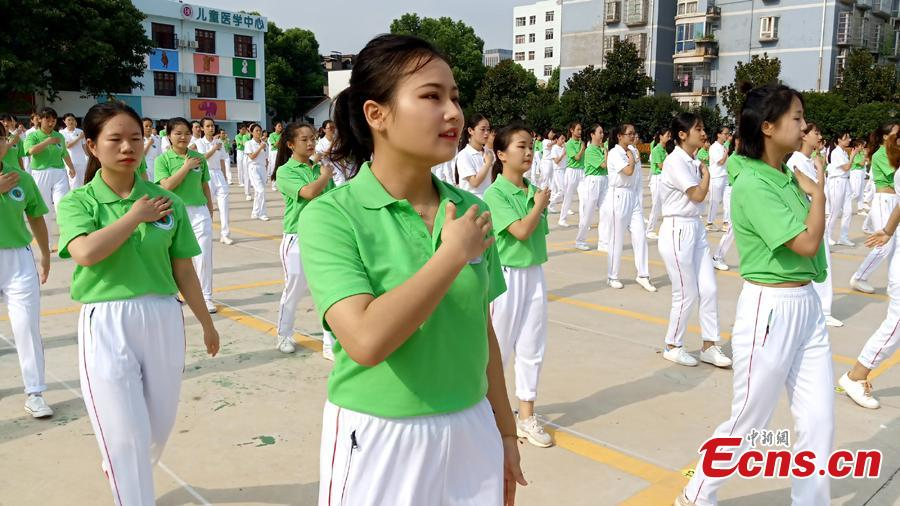 About 300 medical staff members from Hunan Provincial People\'s Hospital exercise to celebrate the upcoming China\'s first Medical Workers\' Day, in Changsha, Hunan Province, Aug. 16, 2018. (Photo/China News Service)