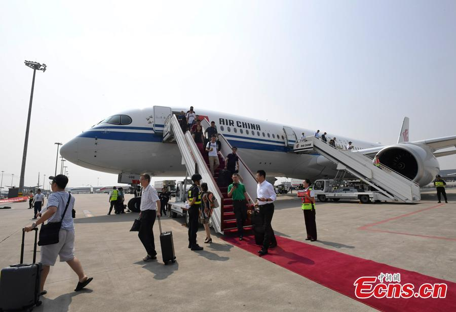 Air China\'s first A350-900 aircraft, to fly on the Beijing-Chengdu route, arrives in Shuangliu International Airport in Chengdu City, Sichuan Province, Aug. 15, 2018. Air China has configured the widebody aircraft with three classes, offering a total of 312 seats. The business class cabin has 32 seats laid out in a 1-2-1 reverse herringbone pattern. The premium economy cabin has 24 seats and the economy cabin offers 256 seats. (Photo: China News Service/An Yuan)