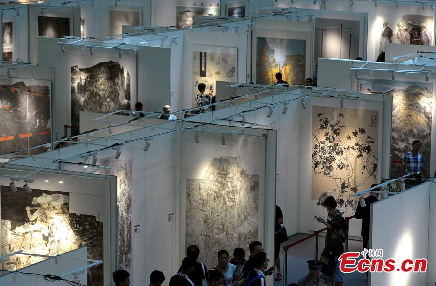 An exhibition of traditional Chinese paintings on Maritime Silk Road is held in Fuzhou, East China\'s Fujian Province on Aug. 17, 2018. The exhibit, covering about 5,000 square meters, includes more than 300 art works. (Photo: China News Service/Zhang Bin)