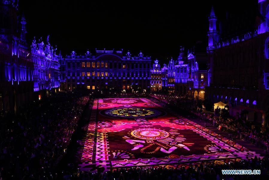 Photo taken on Aug. 16, 2018 shows the night view of a carpet of more than 500,000 flowers at the Grand Place in Brussels, Belgium. A carpet of over 500,000 flowers was unrolled Thursday at central Brussels\' Grand Place. The carpet, measuring 75 meters by 24 meters, is mainly composed of begonias and dahlias. It took some 100 volunteers about eight hours to assemble the giant floral puzzle. (Xinhua/Wang Xiaojun)