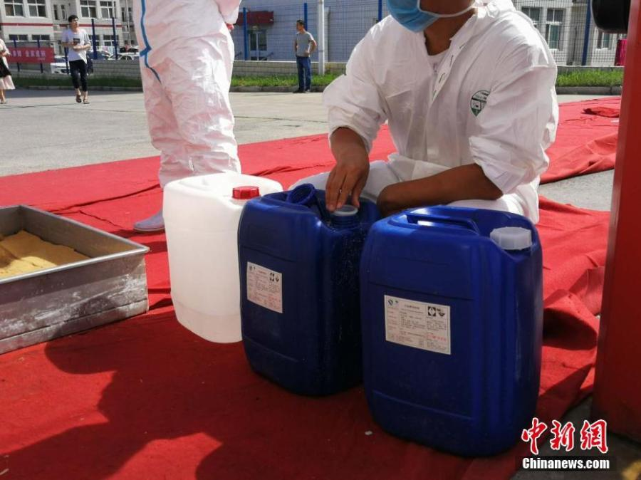 Disinfection measures are taken at a plant of Shuanghui Group, China\'s largest pork producer and processor, in Zhengzhou City, Central China's Henan Province, Aug. 17, 2018. Shuanghui's plant reported an outbreak of African swine fever among 30 of 260 pigs bought from a market in Heilongjiang Province. The slaughterhouse is now closed for six weeks. (Photo: China News Service/Liu Peng)