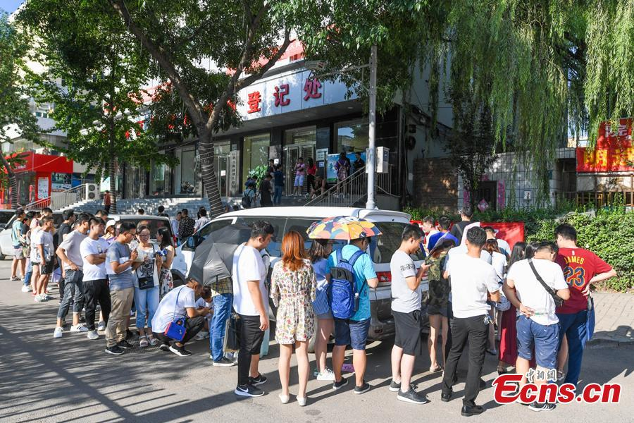 New couples queue up to register for their marriage at the civil affairs department in Taiyuan City, Shanxi Province, Aug. 17, 2018 on the Qixi Festival, known as China's Valentine\'s Day. Falling on the seventh day of the seventh lunar month on the Chinese calendar, the festival celebrates the annual meeting of a cowherd and weaver girl in Chinese mythology. Some reportedly got up at 5 am to register on a day considered auspicious. (Photo: China News Service/Wu Junjie)