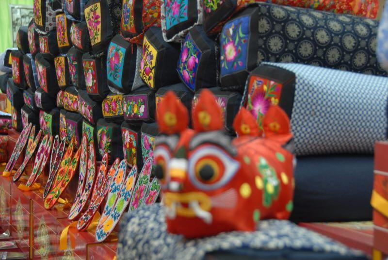 The embroidered pillows have become one of the popular tourist items in Longnan of Gansu Province. (Photo provided to chinadaily.com.cn)