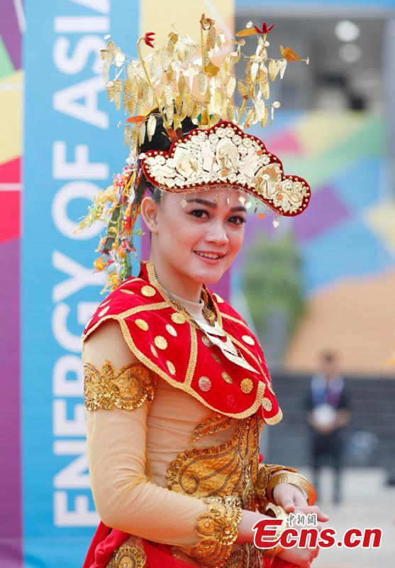 An Indonesian girl dons traditional costumes to attend flag-raising ceremonies at the Asian Games Village ahead of the 18th Asian Games in Jakarta, Indonesia, on Aug. 16, 2018. (Photo: China News Service/Liu Guanguan)