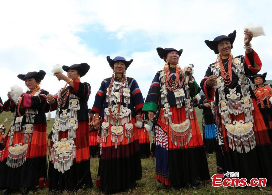 The opening ceremony of a sheep-shearing festival by the Yi people has been held in Meigu County, Southwest China\'s Sichuan Province. The Yi usually chose an auspicious day between late July and early August to hold the grand festival, which also includes sheep fighting, wrestling and horse racing. (Photo/China News Service)