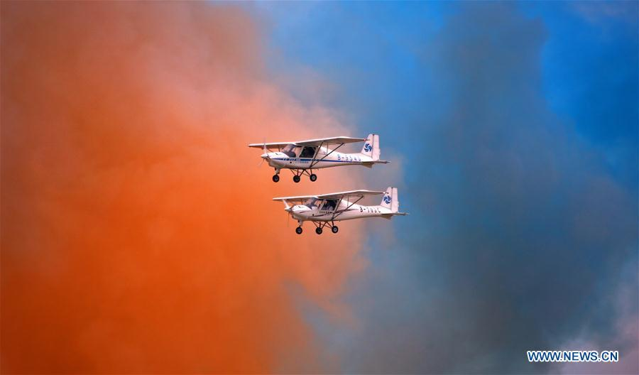 Photo taken on Aug. 18, 2018 shows aerobatic flight performance during the opening ceremony of the 7th Faku Flight Conference in Shenyang, capital of northeast China\'s Liaoning Province. The flight conference kicked off here on Saturday. (Xinhua/Yao Jianfeng)