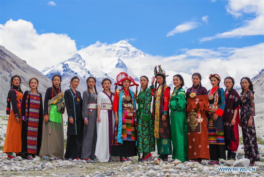 Models present creations during a folk costume show at the 5,200-meter-high base camp of the world\'s highest peak Qomolangma, in southwest China\'s Tibet Autonomous Region, Aug. 18, 2018. (Xinhua/Ni Yang)