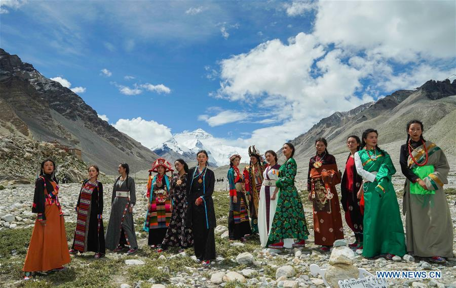 Models present creations during a folk costume show at the 5,200-meter-high base camp of the world\'s highest peak Qomolangma, in southwest China\'s Tibet Autonomous Region, Aug. 18, 2018. (Xinhua/Chen Jianli)
