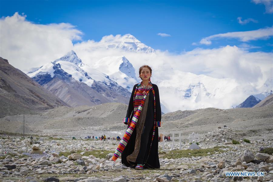A model presents a creation during a folk costume show at the 5,200-meter-high base camp of the world\'s highest peak Qomolangma, in southwest China\'s Tibet Autonomous Region, Aug. 18, 2018. (Xinhua/Liu Dongjun)