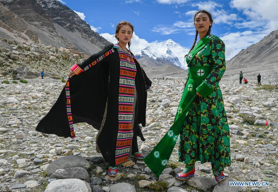 Models present creations during a folk costume show at the 5,200-meter-high base camp of the world\'s highest peak Qomolangma, in southwest China\'s Tibet Autonomous Region, Aug. 18, 2018. (Xinhua/Liu Dongjun)