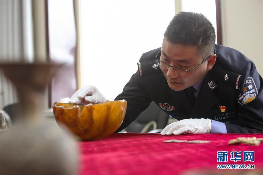 A total of 26 suspects have been arrested and more than 600 cultural relics retrieved in a major tomb robbery case which involves stolen items dating back to as early as the seventh century. The suspects are believed to have involved in the illegal excavation of tombs in Dulan, a county in Northwest China\'s Qinghai province, and activities such as the brokerage and sales of stolen goods, the Ministry of Public Security said Sunday. Among the 646 retrieved items, 16 are classified as national grade-one cultural relics. Experts believe that many of the items are of tremendous historical value as they show cultural exchanges and interactions between the East and the West during the early Tang Dynasty (618-907).(Photo/Xinhua)