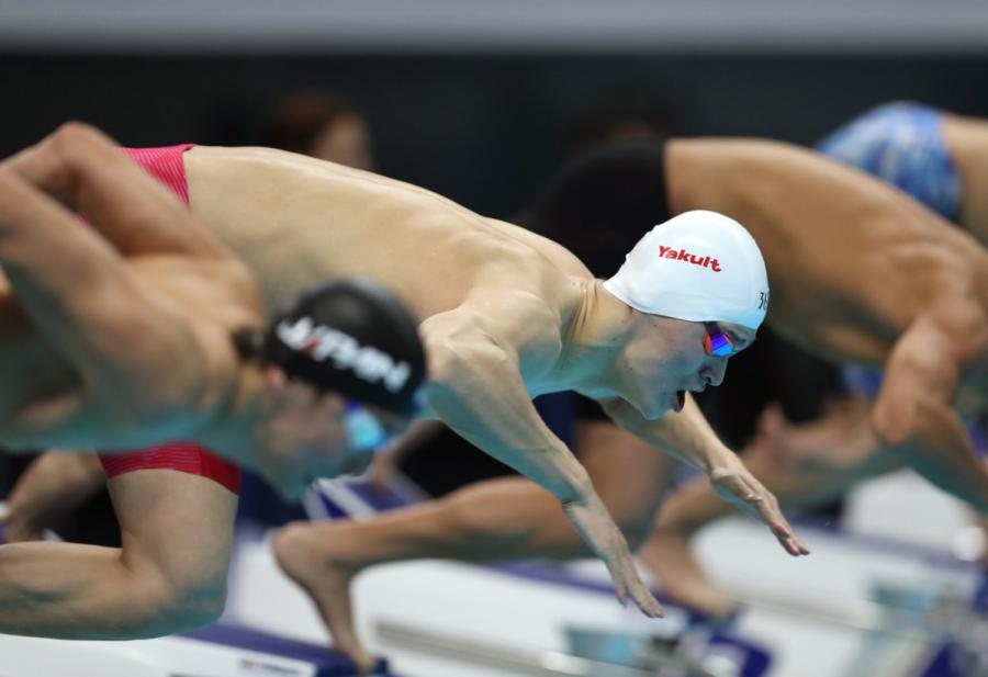 Sun Yang of China begins to swim at men\'s 200m freestyle final at the GBK Aquatics Center in Jakarta, Indonesia on Aug. 19, 2018. (Photo/Xinhua)