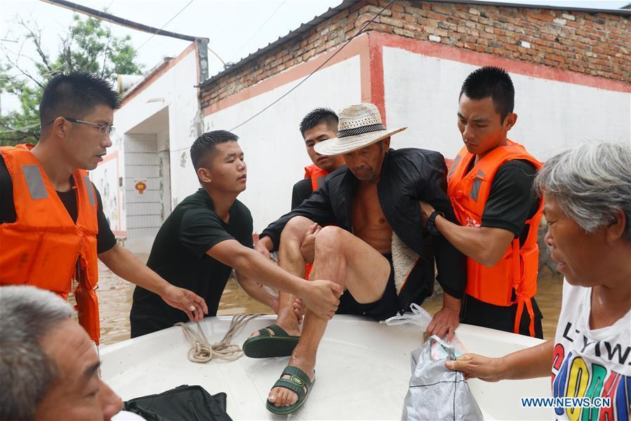 Rescuers transfer the flood-stranded people in Huaibei City, east China\'s Anhui Province, Aug. 19, 2018. Typhoon Rumbia has brought heavy rain to Huaibei and some places in Huaibei were inundated by flood. (Xinhua/Wan Shanchao)