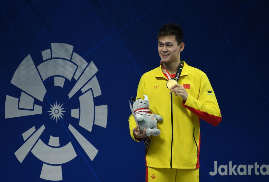 <?php echo strip_tags(addslashes(China's Sun Yang shows his gold medal after winning the gold medal at men's 200m freestyle final at the GBK Aquatics Center in Jakarta, Indonesia on Aug. 19, 2018. (Photo/Xinhua)