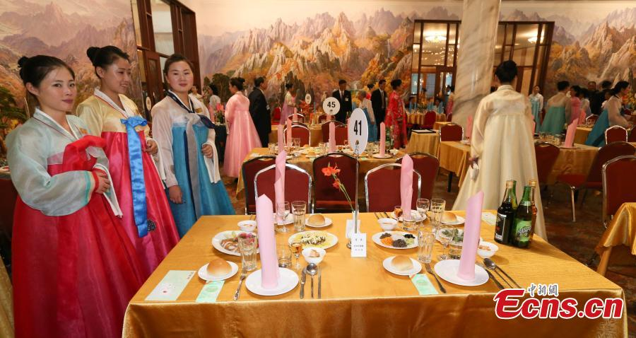 Women wearing traditional Korean \'hanbok\' dresses prepare a dinner for separated families in Mount Kumgang in the southeast of the Democratic People\'s Republic of Korea on Aug. 20, 2018.(Photo provided to China News Service)