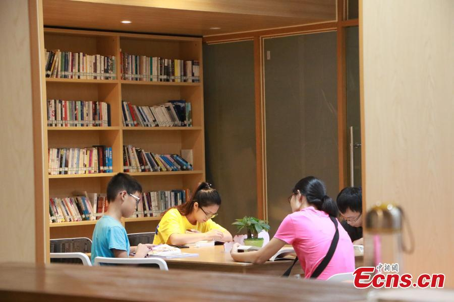 People read books at the newly-opened West Lake Bookstore in Hangzhou City, East China's Zhejiang Province, Aug. 20, 2018. Hangzhou residents can access the unmanned bookstore, and borrow or return books all by swiping their IDs. Non-Hangzhou residents still need a conventional library card. (Photo: China News Service/Liu Peiqi)
