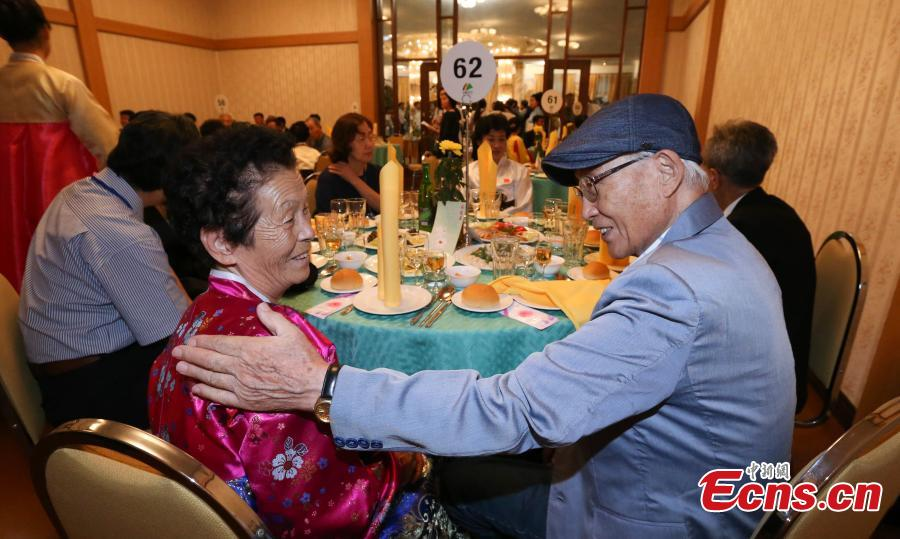 Members of separated families reunite in Mount Kumgang in the southeast of the Democratic People\'s Republic of Korea on Aug. 20, 2018. Families of South Korea and the Democratic People\'s Republic of Korea (DPRK), separated by the 1950-53 Korean War, finally reunited in tears and joy as they had never seen each other for decades until Monday when the rare reunions were held in Mount Kumgang in southeast DPRK. (Photo provided to China News Service)
