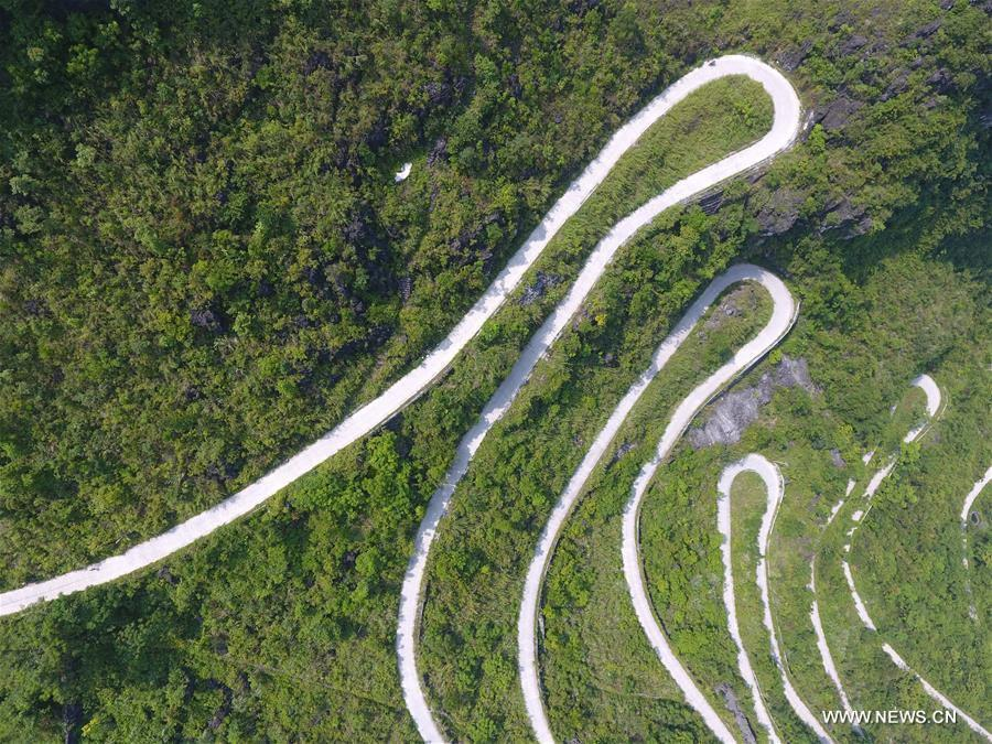 Photo taken on Nov 1, 2017, shows a road in Sanli township of Shanglin county, South China\'s Guangxi Zhuang autonomous region. By the end of 2017, the mileage of rural road reached 98,373 kilometers in Guangxi. (Photo/Xinhua)