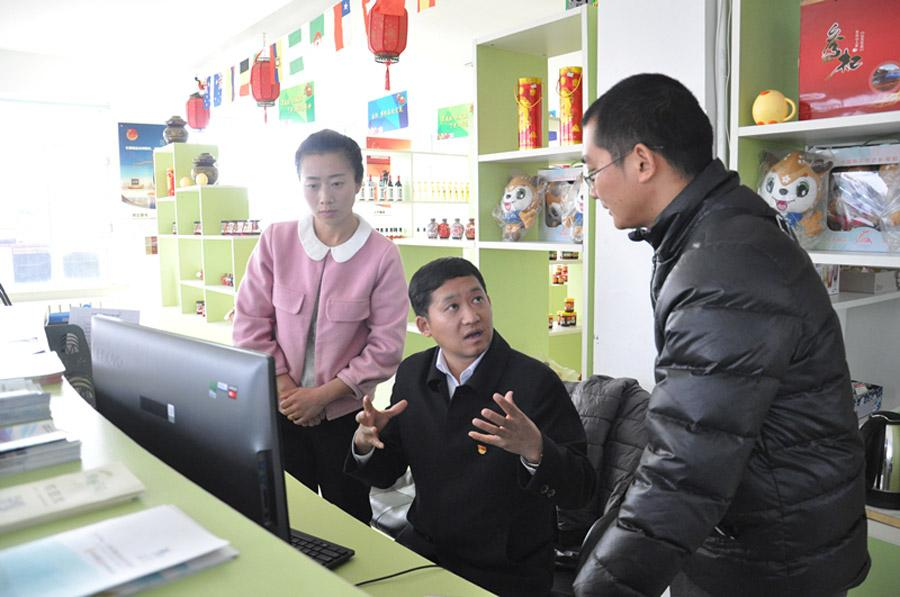 Li Hualiang, Party chief of Machang, a village in the northeastern city of Changchun in Jilin Province, talks with his colleagues. (Photo By Wang Lina/For China Daily)
