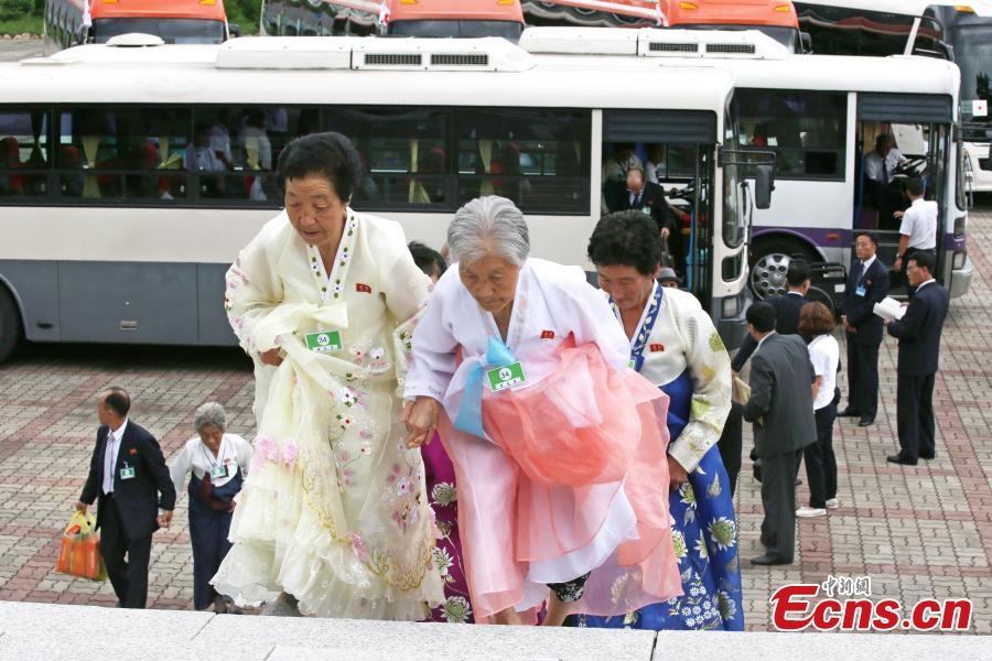 Families of South Korea and the Democratic People\'s Republic of Korea (DPRK), separated by the 1950-53 Korean War, reunite in tears and joy in Mount Kumgang in southeast DPRK on Aug. 21, 2018, as they had never seen each other for decades. The first session of reunions, scheduled to last from Monday to Wednesday, would be attended by 89 South Koreans who have never seen their DPRK relatives since the Korean War ended with armistice, and 108 other accompanying family members. The second session of three-day reunions, involving 83 DPRK family members who applied for gatherings with South Korean relatives. (Photo provided to China News Service)
