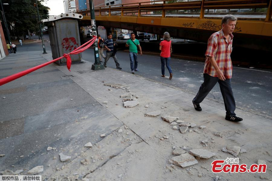 People walk near debris after an earthquake struck the northern coast of Venezuela, in Caracas, Venezuela August 21, 2018. A major earthquake of magnitude 7.3 struck Venezuela's eastern coast, home to largely poor fishing communities, on Tuesday afternoon, shaking buildings as far away as Colombian capital Bogota and knocking power out in parts of Trinidad. (Photo/Agencies)