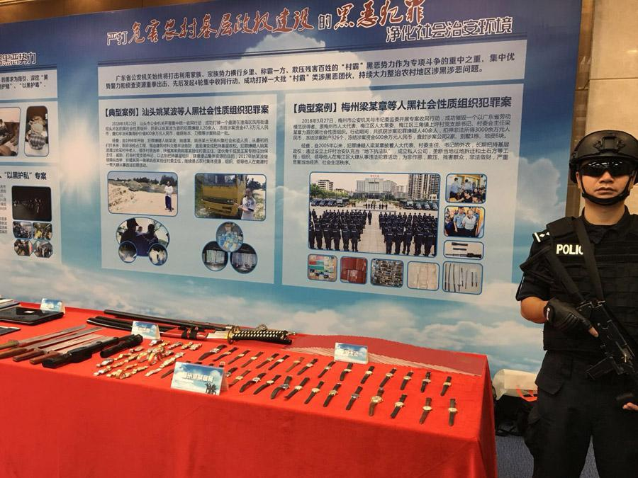 Tools used by gangsters are on display at a news conference in Guangzhou, Guangdong province on Aug 23, 2018. (Photo provided to chinadaily.com.cn)  Authorities are offering rewards of up to 50,000 yuan for information that leads to the capture of a key gang leader.