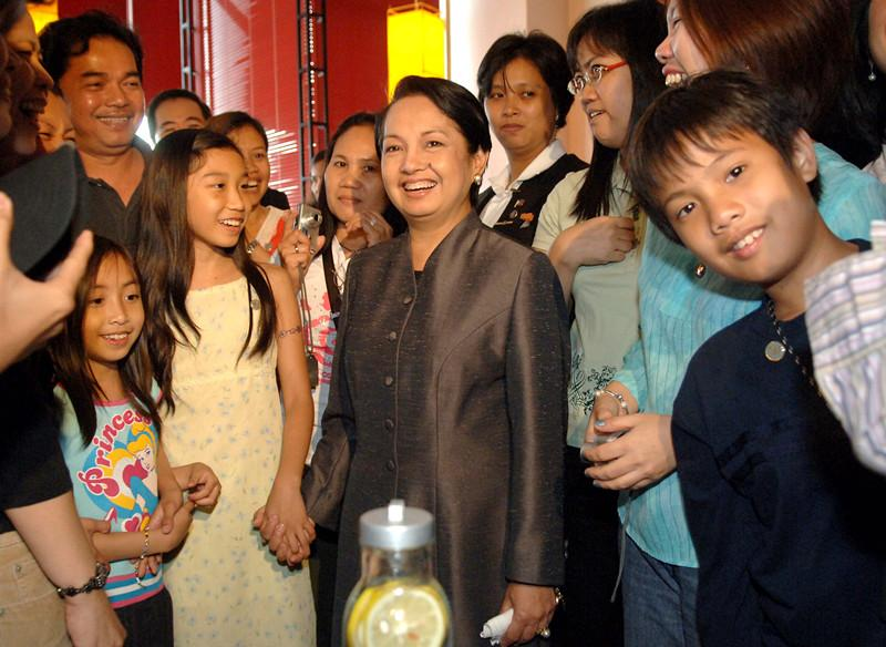 Philippine president Gloria Macapagal Arroyo meets Filipinos living in Chengdu, Sichuan Province at a Philippine-invested shopping center in Chengdu on June 6, 2007. (SHAO XING/FOR CHINA DAILY)