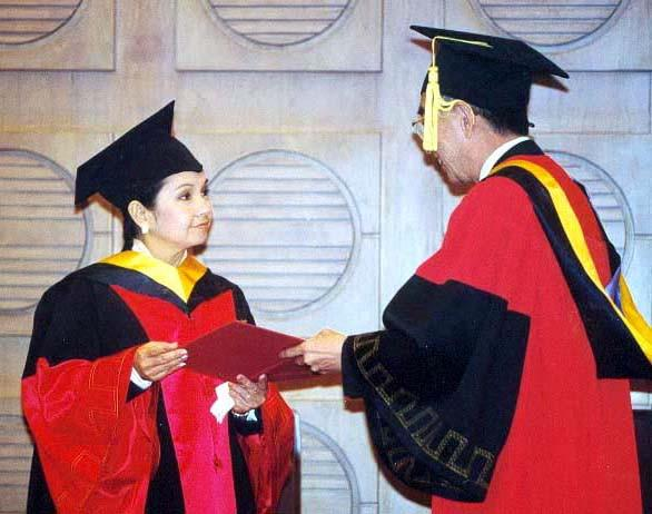Arroyo receives an honorary PhD degree at Tsinghua University in Beijing on Oct. 30, 2001. (GUO HAIJUN/FOR CHINA DAILY)