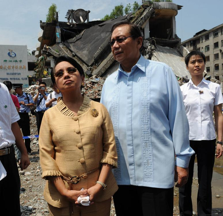 Arroyo visits the area struck by the Wenchuan earthquake in Sichuan Province, on Aug. 7, 2008, with her husband. (YIN GANG/FOR CHINA DAILY)