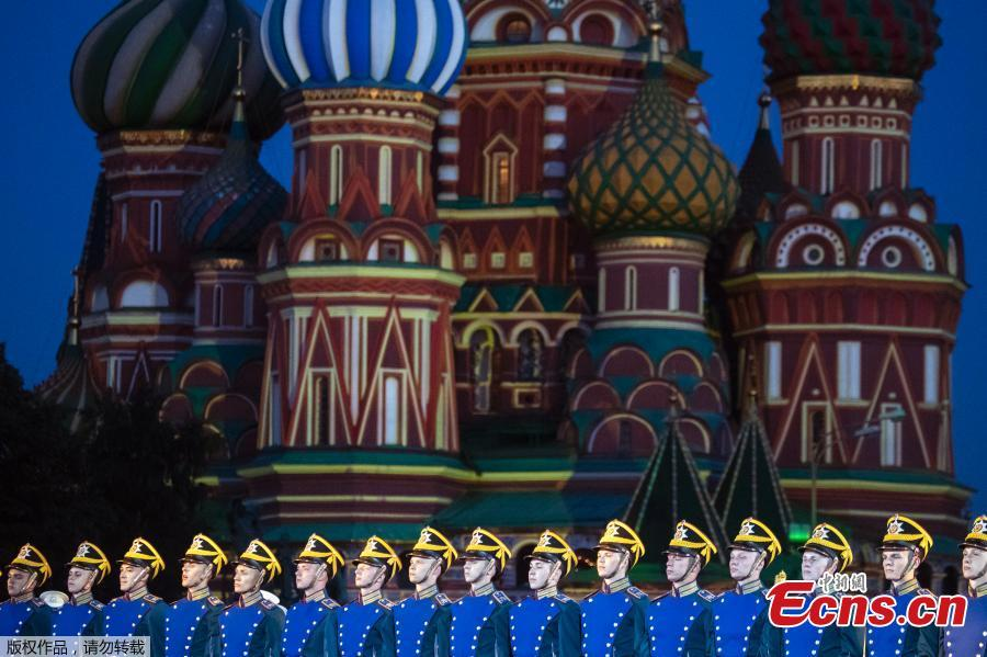 Members of the Russian Honor Guard of the Presidential Regiment perform during a rehearsal of the Spasskaya Tower international military music festival in Red Square, in Moscow, Russia, Aug. 23, 2018, with the Saint Basil\'s Cathedral in the background. (Photo/Agencies)