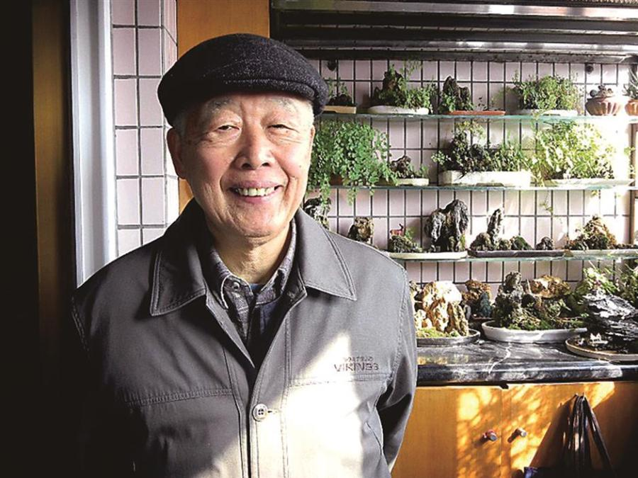 Ma Boqin and his bonsai. (Photo/Shine.cn)