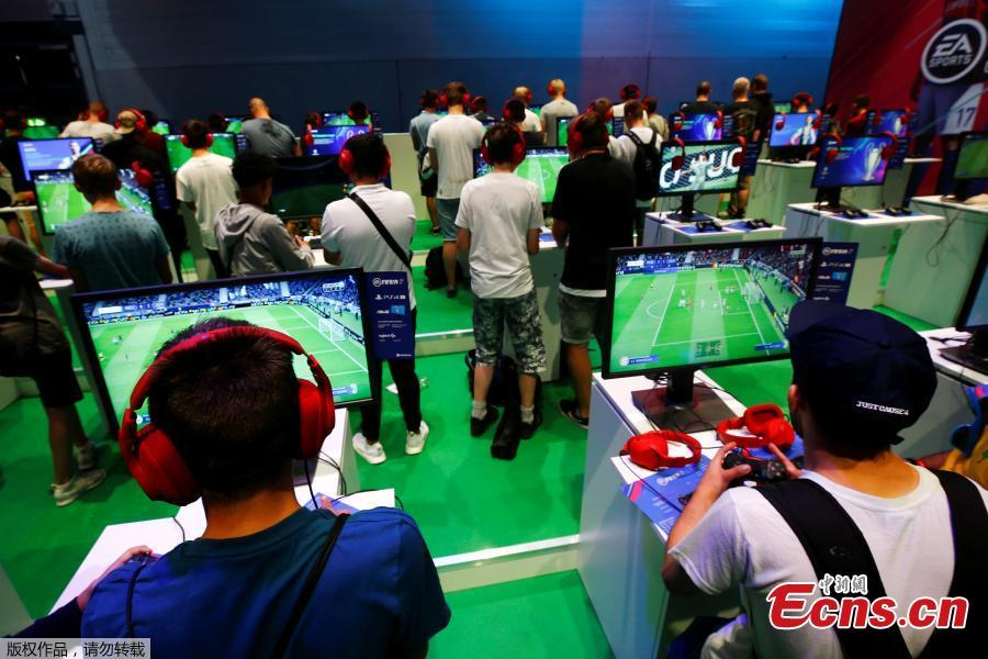 Gamers play the FIFA 19 game during the computer games fair Gamescom in Cologne, Germany, August 22, 2018. (Photo/Agencies)