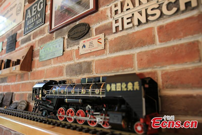 A locomotive model at Zhong Yong'an's home in Wenjiang District, Chengdu City, Southwest China's Sichuan Province. A great fan of train models from an early age, Zhang has tried his best to present every part of a real railway station with vivid models, including train lights, tunnels, passengers, platforms, freight trains and passenger trains. When it rains, Zhang drives all the trains indoors by remote control. (Photo: China News Service/Wu Pinghua)