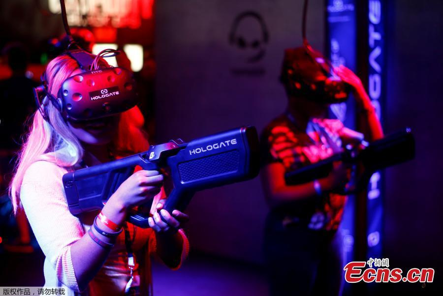 Gamers plays a virtual reality game during the computer games fair Gamescom in Cologne, Germany, August 22, 2018. (Photo/Agencies)