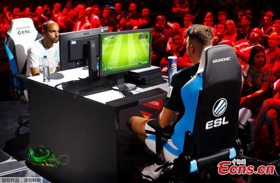 The crowd is watching as gamers play the Pro Evolution Soccer during the computer games fair Gamescom in Cologne, Germany, August 22, 2018.(Photo/Agencies)