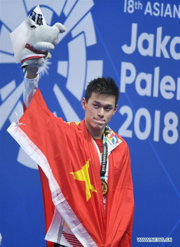 Sun Yang of China attends the awarding ceremony of men\'s 1500m freestyle final of swimming at the 18th Asian Games in Jakarta, Indonesia, Aug. 24, 2018. Sun won the gold medal. (Xinhua/Yue Yuewei)