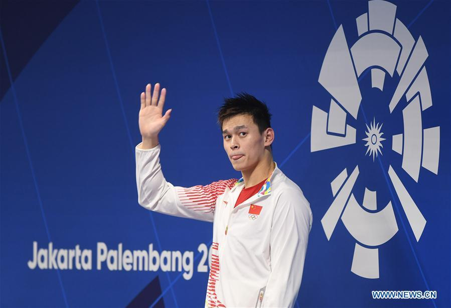 Sun Yang of China attends the awarding ceremony of men\'s 1500m freestyle final of swimming at the 18th Asian Games in Jakarta, Indonesia, Aug. 24, 2018. Sun won the gold medal. (Xinhua/Pan Yulong)