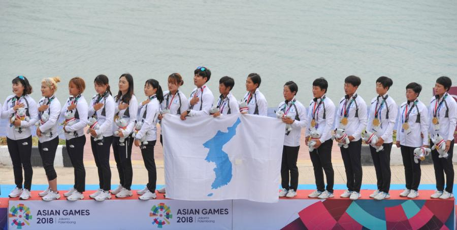 The unified Korean team players during the award ceremony. (Photo/Xinhua)