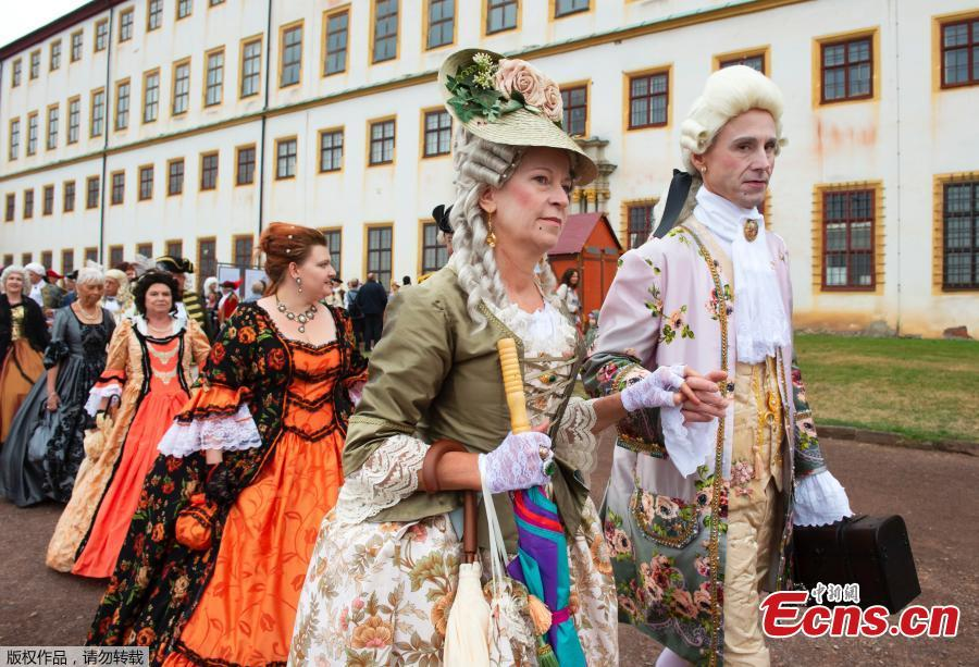 People dressed in Baroque costumes walk in front of Friedenstein Castle during the opening of the Baroque Festival in Gotha, Germany, Aug. 24, 2018. For the last fifteen years the city of Gotha changes completely into a baroque city in order to celebrate the Baroque Festival around the Friedenstein Castle, the biggest German early Baroque palace complex from the 17th century. (Photo/Agencies)